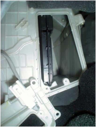 фото установленного салонного фильтра мазда3